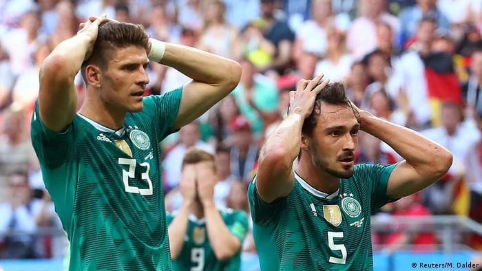 Consternados: Mario Gomez (izq.) y Mats Hummels tras la eliminación de Alemania.