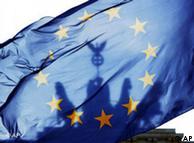 ARCHIV - Die Quadriga auf dem Brandenburger Tor in Berlin ist am 24. Maerz 2007 durch eine EU-Fahne zu sehen. Das Bundesverfassungsgericht in Karlsruhe verkuendet am Dienstag, 30. Juni 2009, gegen 10 Uhr seine mit grosser Spannung erwartete Entscheidung ueber den Reformvertrag von Lissabon. Der Pakt zwischen den 27 Mitgliedsstaaten soll die Union schlanker und entscheidungsfreudiger machen. Kritik befuerchten jedoch, dass Deutschland zu viel Macht an die EU abgibt und wollen die Ratifizierung des Vertrages mit Hilfe der Richter verhindern. (AP Photo/Jan Bauer, Archiv)  ---  FILE - In this March 24, 2007 file photo the Quadriga on top of the Brandenburg Gate in Berlin is seen shining through a European flag.  (AP Photo/Jan Bauer, File)