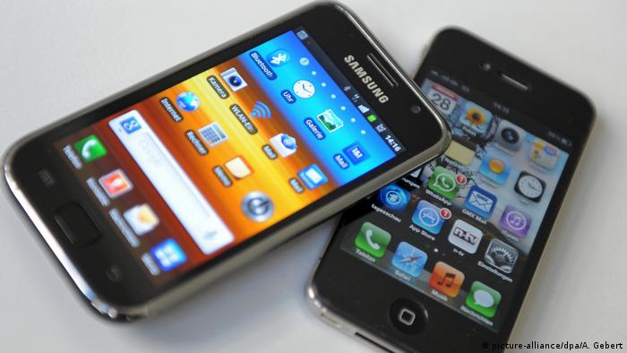Samsung phone and an iPhone side by side (picture-alliance/dpa/A. Gebert)