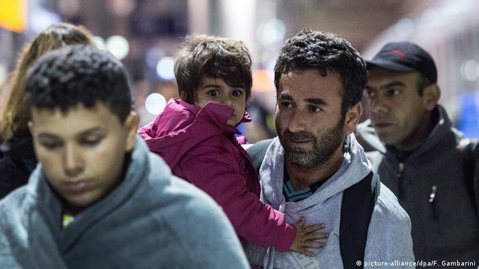 Flüchtlinge am Flughafenbahnhof Köln (picture-alliance/dpa/F. Gambarini)