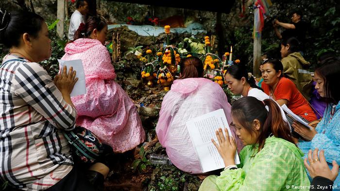Kaybolan ekibin sağ salim evlerine dönmesi için çok sayıda kişi mağara çevresinde adak adadı, dua etti.