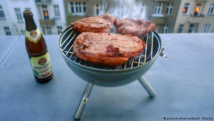 Grillen auf dem Balkon (picture-alliance/dpa/S. Stache)