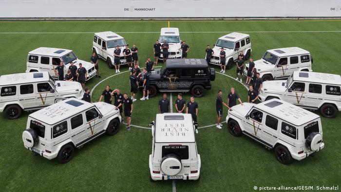 Fotoshooting mit Mercedes-Benz, DFB-Trainingslager Südtirol (picture-alliance/GES/M. Schmalzl)