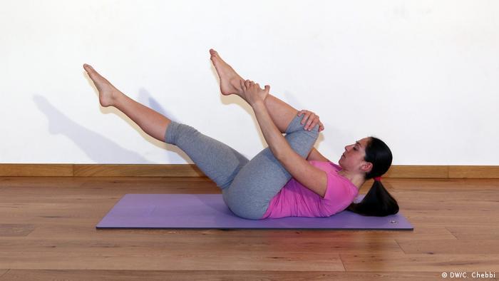 Mulher se exercita sobre colchonete