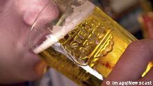Großbritannien - Biertrinker in Pub