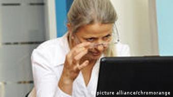 Ältere Mitarbeiterin (Foto: picture alliance)