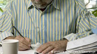 Mann am Schreibtisch (Foto: picture alliance)