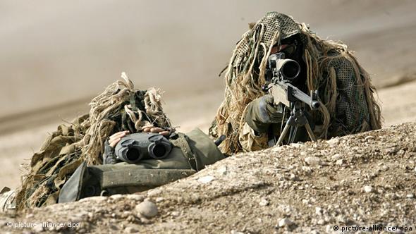 Zwei Bundeswehrsoldaten liegen getarnt hinter einem Hügel und schauen durch ihr Zielfernrohr (Foto: DPA)
