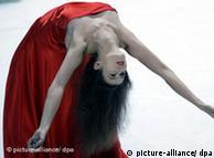 Eine Tänzerin probt am Donnerstag (11.06.2009) im Opernhaus in Wuppertal. Am Freitag (12.06.2009) wird der