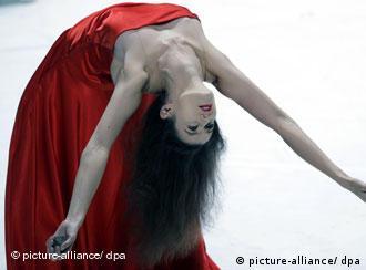 Eine Tänzerin probt am Donnerstag (11.06.2009) im Opernhaus in Wuppertal. Am Freitag (12.06.2009) wird der Tanzabend von Pina Bausch uraufgeführt. Foto: Rolf Vennenbernd dpa/lnw (Achtung Redaktionen: Verwendung nur im Zusammenhang mit der Berichterstattung über das Stück) +++(c) dpa - Report+++