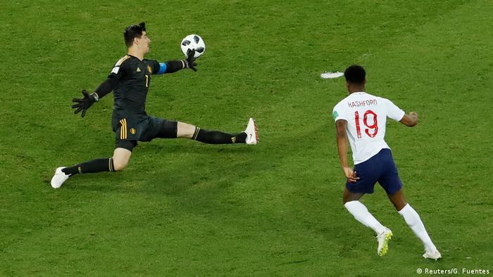 یکی از واکنشهای موفق تیبو کورتوا (چپ)، دروازهبان بلژیک در دیدار تیمش مقابل انگلیس در جام ۲۰۱۸