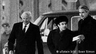 Натан Щаранский (в центре) в момент обмена на Глиникском мосту 11 февраля 1986 года