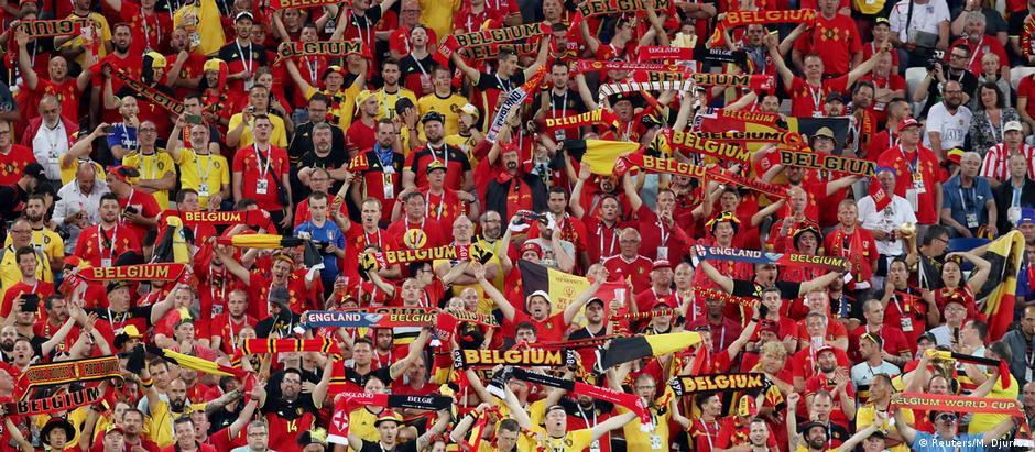 Torcedores vestidos de amarelo, vermelho e preto durante partida da seleção belga contra a Inglaterra