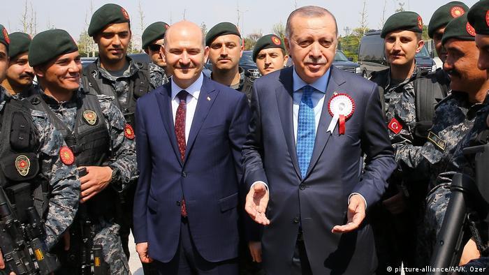 صورة من الأرشيف للرئيس التركي أردوغان مع وزير الداخلية سليمان صويلو