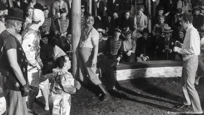Film still Ingmar Bergman, Sawdust and Tinsel, clowns in a circus ring (Imago/United Archives)