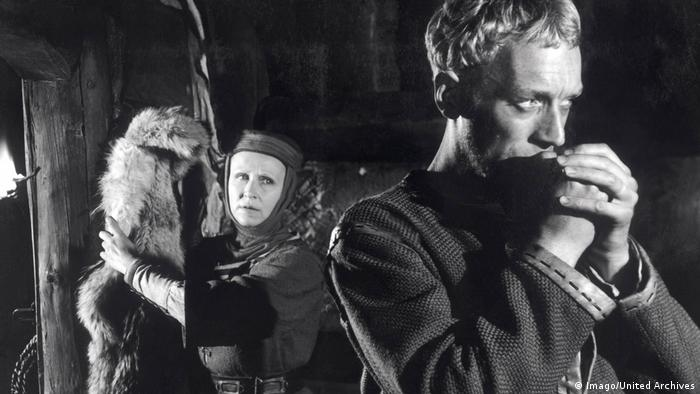 film still Ingmar Bergman, The Virgin Spring , woman looks at man who has truend away (Imago/United Archives)