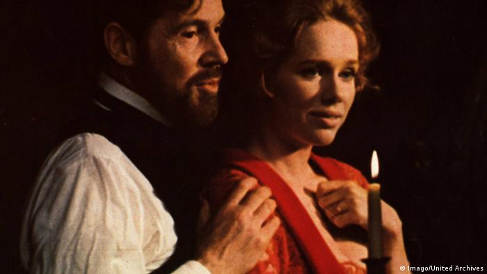 Film still, Ingmar Bergman , Cries and Whispers , man and woman in candlelight (Imago/United Archives)