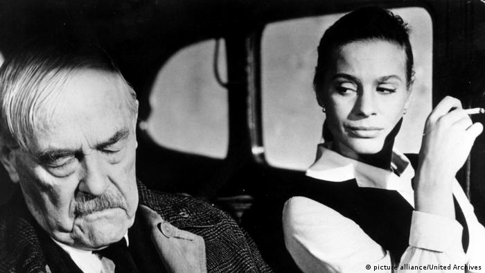 Film still Wild Strawberries, Ingmar Bergman, woman and man sitting in car, woman peers at man (picture alliance/United Archives)