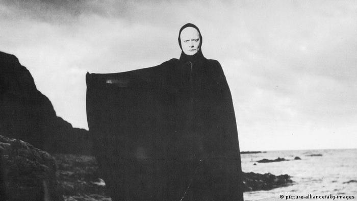 fFlm still Ingmar Bergman the Seveth Seal, figure in black cloak (picture-alliance/akg-images)