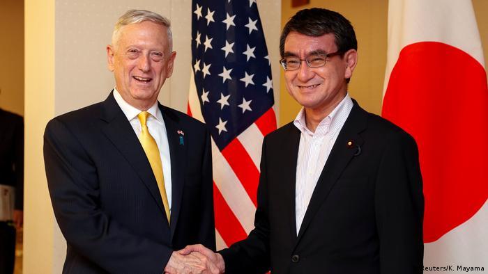 Japan US-Verteidigungsminister James Mattis mit Taro Kono, Außenminister (Reuters/K. Mayama)