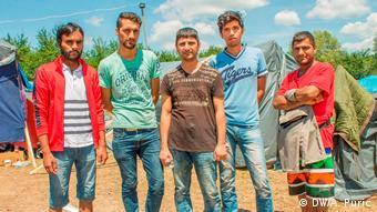Ο Αφγανός Κασίμ μαζί με πρόσφυγες από το Πακιστάν στον καταυλισμό της Βέλικα Κλαντούσα