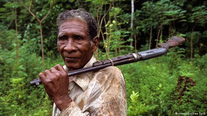 Local carrying rifle in Rio Platano Reserve in Honduras (imago/Jochen Tack)