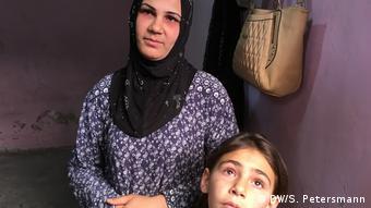H Ζάρα Αμπντούλ Καντέρς με μια από τις κόρες της