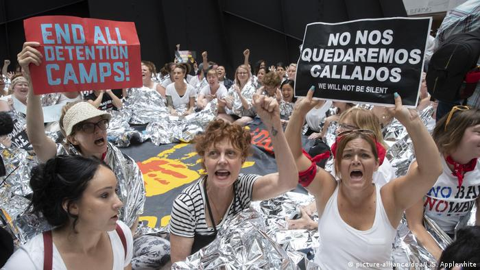 Susan Sarandon and protesters against US detention camps (picture-alliance/dpa/J. S. Applewhite)
