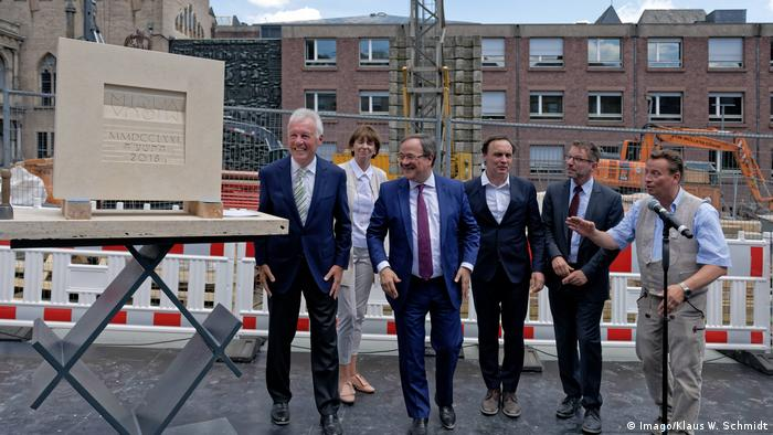 Politicians and the architect stans as they lay the cornerstone of the new Jewish Museum in Cologne (Imago/Klaus W. Schmidt)