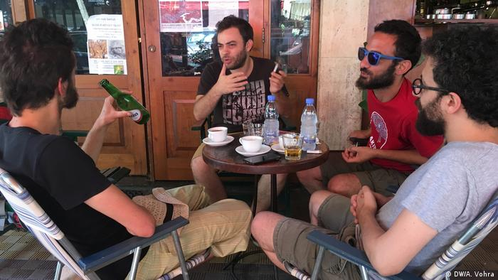 FIFA World Cup 2018 fans discussing football in a Beirut cafe (DW/A. Vohra)