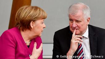 Τεταμένες είναι εδώ και εβδομάδες οι σχέσεις Μέρκελ-Ζεεχόφερ