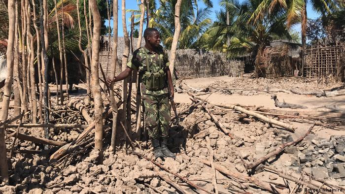 Mosambik, Cabo Delgado: Soldat in Naunde (Borges Nhamire)