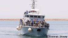 Libyen Migranten auf Marine-Boot
