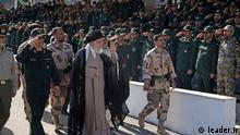 Titel: Khamenei Militär Iran Ayatollah Ali Khamenei, Führer der Islamischen Republik Iran während einer Parade der Armee der Revolutionswächter (Revolutionsgardisten, Pasdaran) in Teheran am 30.06.2018. Stichworte: Pasdar, Pasdaran Quelle: leader.ir