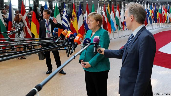 Angela Merkel fala à imprensa durante a cimeira dos líderes da UE em Bruxelas.