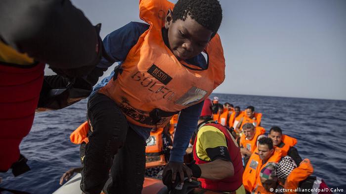 Migranten vor Küsten Libyens gerettet (picture-alliance/dpa/O.Calvo)