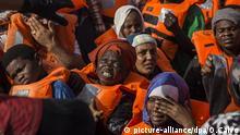 30.06.2018, Mittelmeer: Migranten in einem Schlauchboot werden vor der Küste Libyens von der Hilfsorganisation Proactiva Open Arms, eine spanische Nichtregierungsorganisation, gerettet. Trotz des Dramas um zwei Rettungsschiffe von Hilfsorganisationen hat die spanische HilfsorganisationDutzende Migranten aus dem Mittelmeer gerettet. Proactiva Open Arms hat 59 Flüchtlinge aus dem Meer an Bord und ist nun unterwegs zu einem sicheren Hafen. Foto: Olmo Calvo/AP/dpa +++ dpa-Bildfunk +++ |