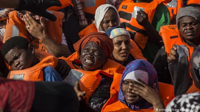 Uratowani imigranci u wybrzeży Libii (zdjęcie archiwalne)
