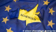 DEUTSCHLAND, BONN - JANUAR 16: Grenzkontrollen - Schengen in Gefahr? Zerrissene Europaflagge mit dem Schriftzug Schengen. | Keine Weitergabe an Wiederverkäufer.