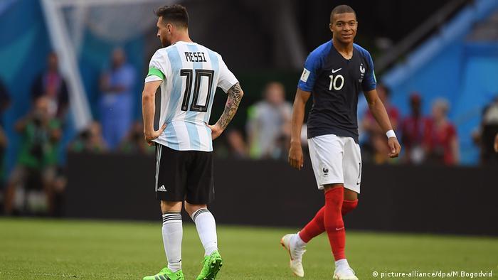 كيليان مبابي وليونيل ميسي خلال مواجهة فرنسا والأرجنتين في مونديال روسيا 2018، الذي فازت به فرنسا