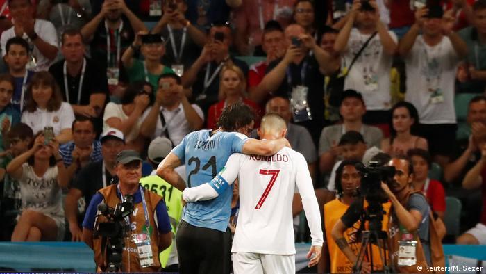 瞧瞧這大將風度 還是來點正能量吧。在1/8決賽葡萄牙對陣烏拉圭時,出現了暖心的一幕:葡萄牙隊的隊長C羅攙扶烏拉圭前鋒卡瓦尼離開賽場,贏得全場掌聲。球場上要勝負也要溫情?當然,也有人分析稱這是落後的葡萄牙不想浪費比賽時間。
