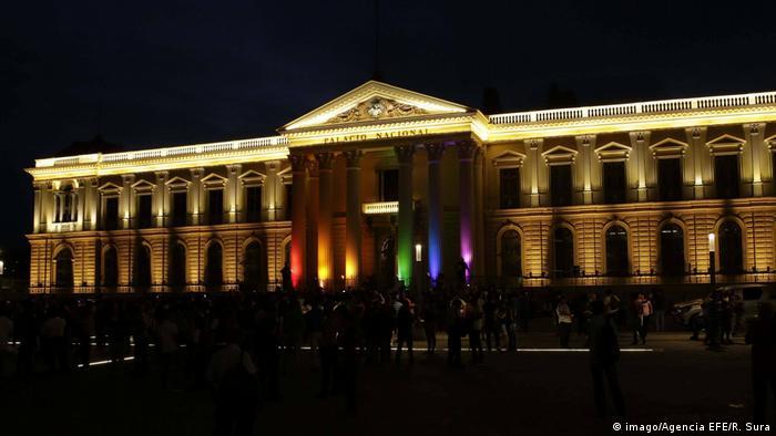 Foto del Palacio Nacional en San Salvador iluminado con los colores de la bandera LGBTI.