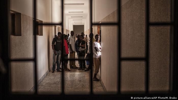 Libyen Internierungslager für Flüchtlinge (picture-alliance/AP Photo/M. Brabo)
