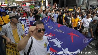 Hongkong Pro-Demokratie Protest Jahrestag Unabhängigkeit (picture-alliance/AP Photo/V. Yu)