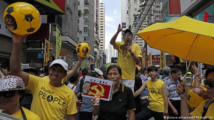Hongkong Pro-Demokratie Protest Jahrestag Unabhängigkeit (picture-alliance/AP Photo/V. Yu)