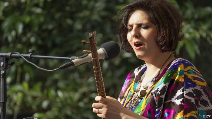 Sepideh Raissadat - iranische Sängerin während eines Musikfestivals in Rabat (DW)