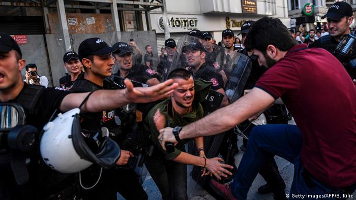 Die LGBTIQ+ Szene ist immer mehr Restriktionen ausgesetzt. Demonstrationen werden mit Polizei Gewalt verhindert.