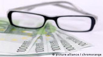 Brille mit Geldscheinen (Symbolbild Studiengebühren)