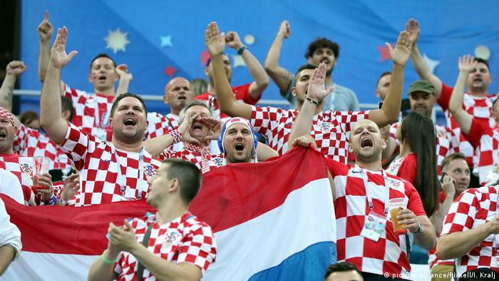 Fans in Croatian jerseys at the game against Denmark (picture-alliance/Pixsell/I. Kralj)