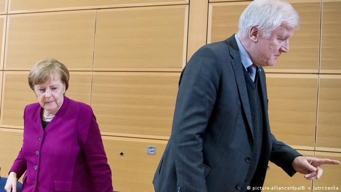Archivbild: Berlin - Merkel und Seehofer (picture-alliance/dpa/B. v. Jutrczenka)